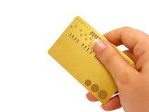 Main jugeant par la carte de crédit (chemin de découpage compris) Photographie stock libre de droits