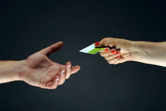 Main jugeant un blanc par la carte de crédit Image libre de droits