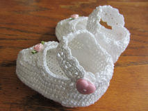 Main Lacy White Girl Baby Booties à crochet Images stock
