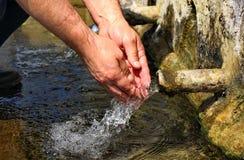 Main lavant à la source Image libre de droits