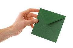 Main mâle avec l'enveloppe avec une lettre Photos libres de droits