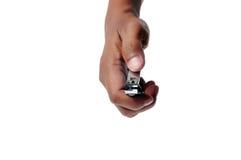 Main mâle retenant des coupe-ongles photographie stock libre de droits