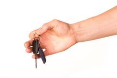 Main mâle retenant une clé de véhicule Photo stock