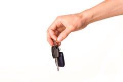 Main mâle retenant une clé de véhicule Photographie stock