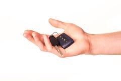 Main mâle retenant une clé de véhicule Photos stock