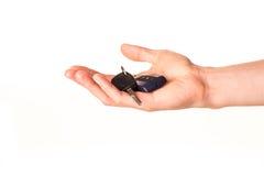 Main mâle retenant une clé de véhicule Photo libre de droits