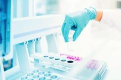 Main médicale et pharmaceutique de spécialiste tenant l'échantillon vide pour des expériences image stock
