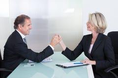 Main mûre d'And Businesswoman Holding d'homme d'affaires Image libre de droits