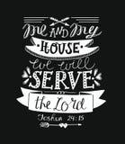 Main marquant avec des lettres moi et ma maison nous servirons le seigneur sur le fond noir Images stock