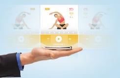 Main masculine avec l'application de sport sur le smartphone illustration de vecteur