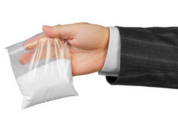 Main masculine avec le paquet des drogues Photo libre de droits