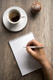 Main masculine avec le stylo sur le papier vide Photos libres de droits