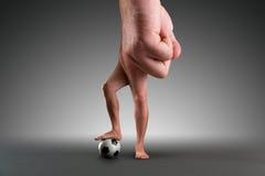 Main masculine avec une boule Photographie stock