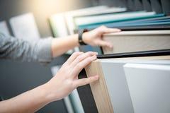 Main masculine choisissant des matériaux de partie supérieure du comptoir d'ot de coffret photos libres de droits