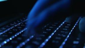 Main masculine dactylographiant sur le clavier lumineux banque de vidéos
