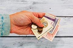 Main masculine dans la vieille veste tenant l'argent de la Bulgarie Photographie stock libre de droits