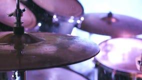 Main masculine des coups professionnels de batteur avec le pilon sur des baisses de cymbales et d'eau éclaboussant du plat Homme  clips vidéos