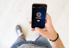 main masculine errant le téléphone intelligent photos libres de droits