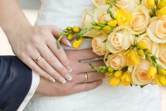 Main masculine et femelle avec des anneaux Photographie stock libre de droits