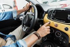 Main masculine maintenant la barre dans l'automobile photographie stock
