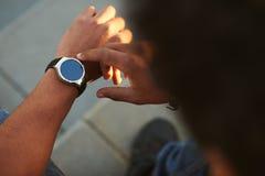 Main masculine noire avec la montre intelligente sur le poignet Images stock
