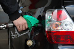 Main masculine remplissant la voiture noire avec du carburant sur un poste d'essence image libre de droits