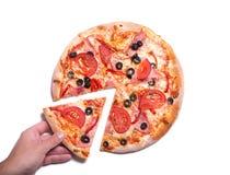 Main masculine sélectionnant la tranche savoureuse de pizza Images stock