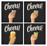 Main masculine tenant un verre avec de la bière, rhum, tequila, whiskey illustration libre de droits