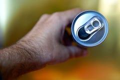 Main masculine tenant une bo?te en aluminium ouverte de boisson Vue de ci-avant photo stock