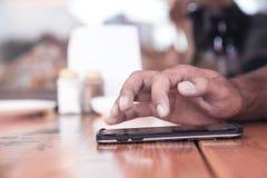 Main masculine utilisant un smartphone Affaires, technologie image libre de droits