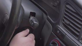 Main mettant la clé de voiture clips vidéos
