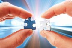 Main mobile abstraite de fond avec le puzzle Photo stock