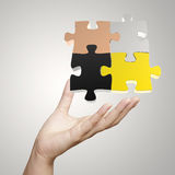 Main montrant le puzzle 3d Photo stock