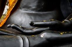 Main noire de Bouddha de plan rapproché images stock