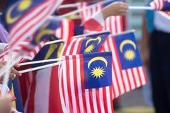 Main ondulant le drapeau de la Malaisie également connu sous le nom de Jalur Gemilang dans le conjun photo stock