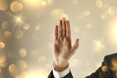 Main ouverte d'homme d'affaires avec le fond de scintillement photos stock