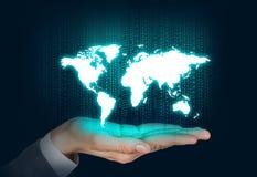 Main ouverte d'humain avec la carte du monde photos libres de droits