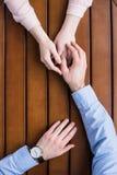 Main palming d'homme sur des mains d'amies Image libre de droits
