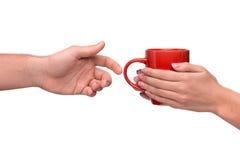 Main passant une tasse de café Photos stock