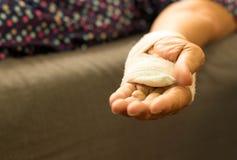Main patiente supérieure avec le bandage du bout droit Photos stock