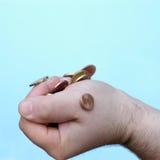 Main : pièces de monnaie d'encavateur Photographie stock libre de droits
