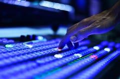 Main poussant des boutons sur le mélangeur visuel Photo libre de droits
