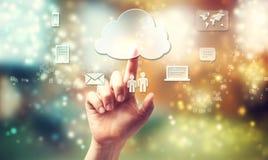 Main poussant l'icône de connectivité de nuage Images stock