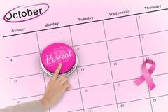 Main poussant le bouton rose pour la conscience de cancer du sein Photos libres de droits