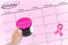 Main poussant le bouton rose pour la conscience de cancer du sein Image libre de droits