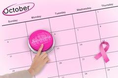Main poussant le bouton rose pour la conscience de cancer du sein Photographie stock