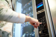 Main poussant le bouton sur le clavier de distributeur automatique  image stock