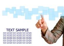 Main poussant sur un écran tactile Image libre de droits