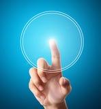 Main poussant sur une surface adjacente d'écran tactile Photos libres de droits