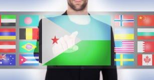 Main poussant sur une surface adjacente d'écran tactile Images libres de droits